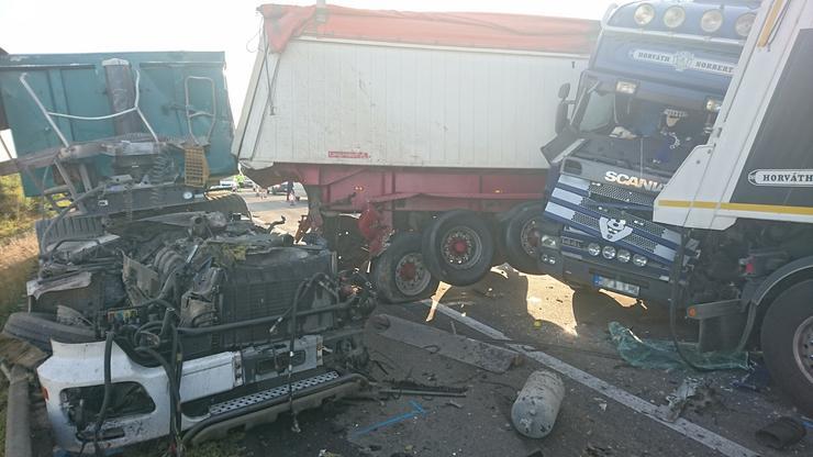 A sérült járművek a 49-es kilométernél a Nyíregyháza felé vezető pályaoldalt teljes szélességében elfoglalják /Fotó: Blikk