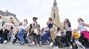 PLES SA EVROPOM Na trgu u Novom Sadu plesalo preko 1.200 novosadskih srednjoškolaca