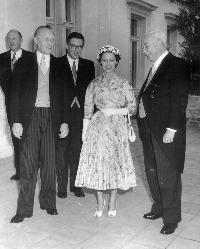 Princeza okružena visokim svetskim diplomatama