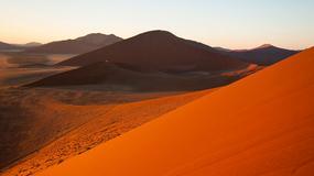 Wydmy Namibii. Gorąca czerwień i mieniący się w słońcu piasek