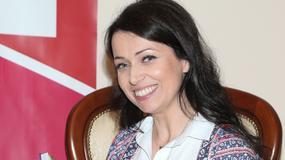 Katarzyna Pakosińska promuje swoją książkę. Czarujący uśmiech i nieszablonowa stylizacja