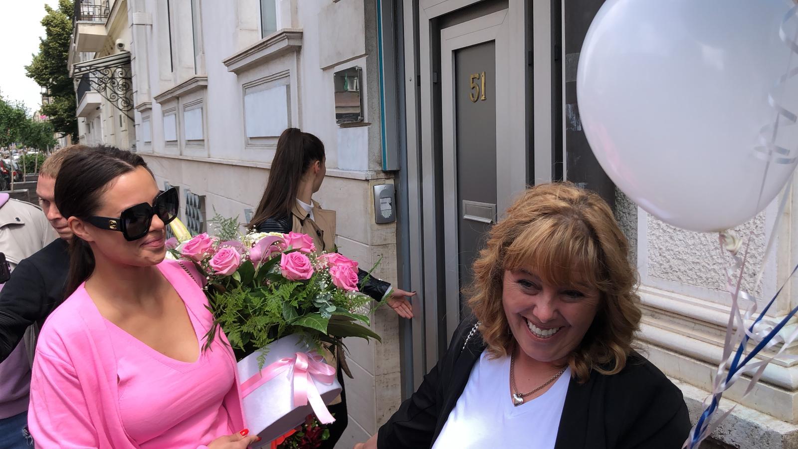 Prva fotografija ispred sale u porodilištu: Bogdanine sestre i majka videle bebu (VIDEO)