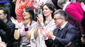 LEPOTICE NA TRIBINAMA Sestre Mićalović i Viktorova devojka bodre Noleta /FOTO/