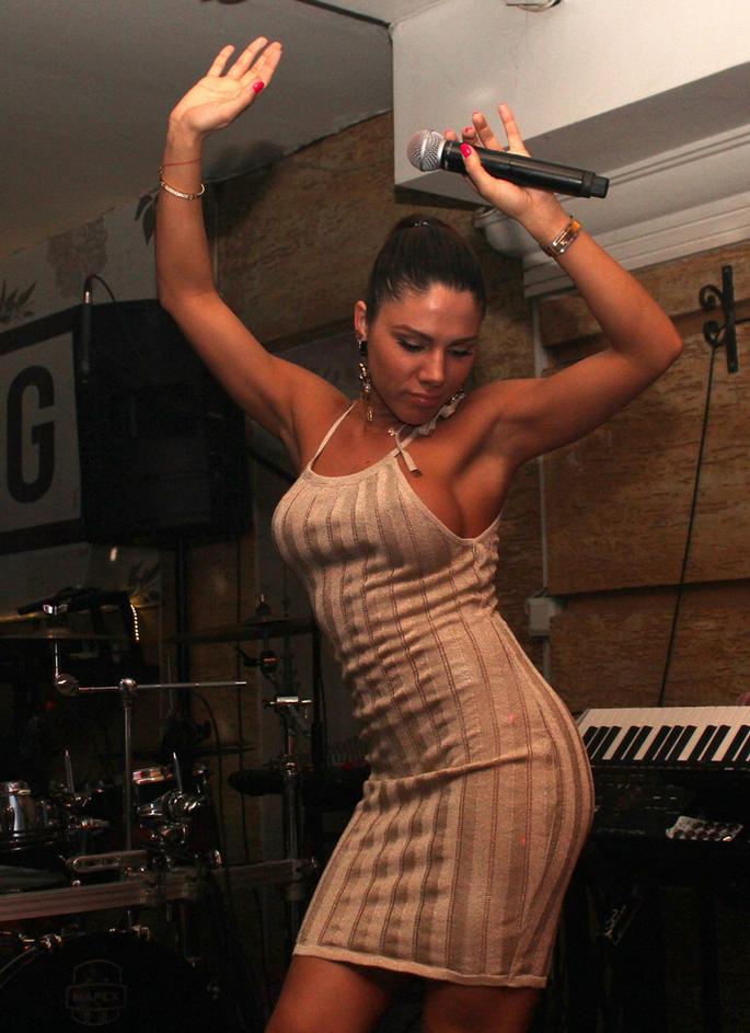 Sandra Afrika ne može da peva po klubovima, pa se latila mikrofona na terasi!