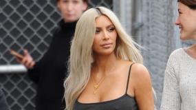 """Kim Kardashian świeci sutkami. Celebrytka znowu """"zapomniała"""" o staniku. Zdradziła też czy puszcza bąki"""
