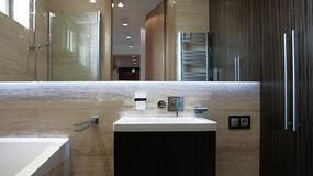 Minimalistyczna łazienka i toaleta w ciepłych odcieniach