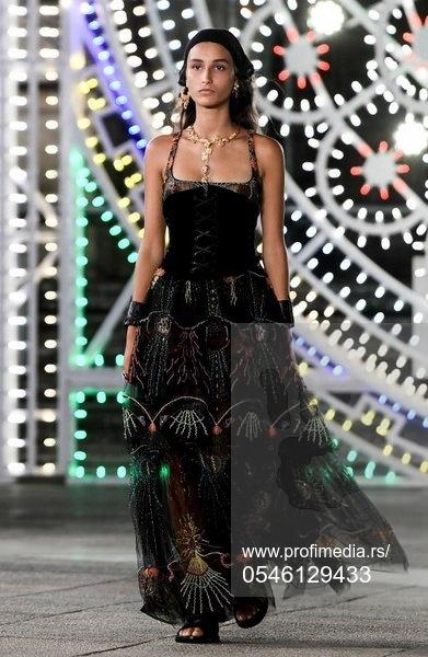 Modeli u tamnim bojama šetali su trgom