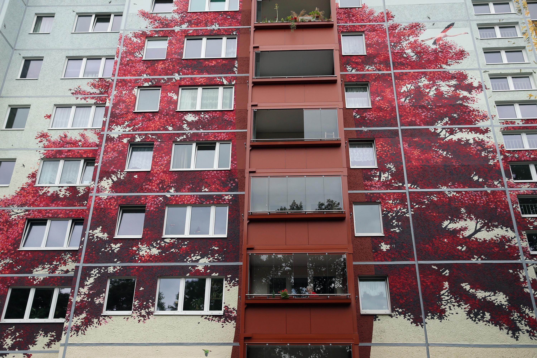 дерево на фасаде