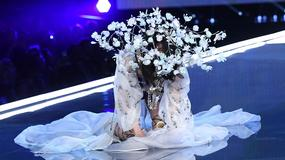 """Upadek modelki podczas pokazu Victoria's Secret. """"Aż się kwiatkami nakryła"""""""