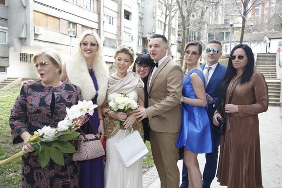 Danijela Karić i Ivan Mileusnić na građanskom venčanju sa rodbinom