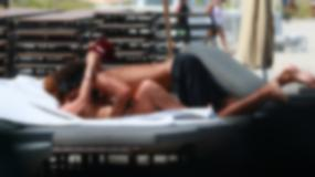 Syn Borisa Beckera z dziewczyną na plaży. Oj, było gorąco...