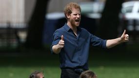 Książę Harry bawi się z dziećmi. Uroczy widok!
