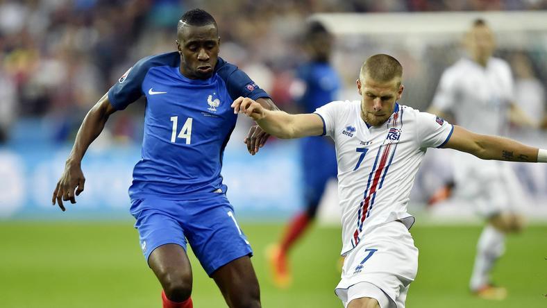 Blaise Matuidi (balra) és az izlandi Johann Gudmundsson küzd a labdáért /Fotó: AFP