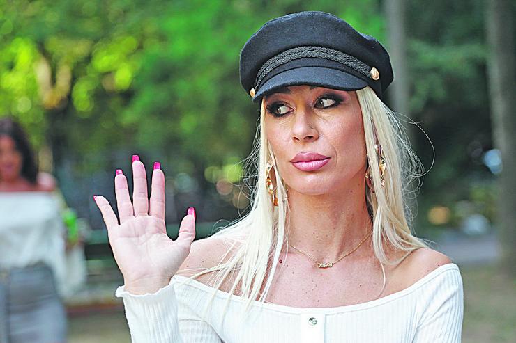 VESNA ĐOGANI POZVALA OBEZBEĐENJE: Preplašena nakon skandala, stavila crne naočare i pobegla!