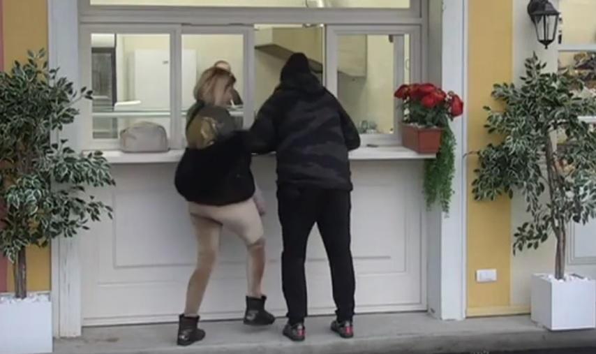 Miki i Jelena u klinču