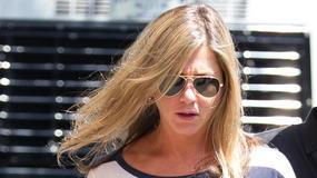 Nogi Jennifer Aniston wyglądają niekorzystnie