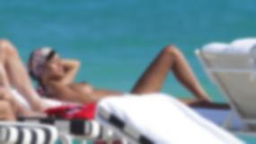 Żona Samuela Eto'o topless na basenie