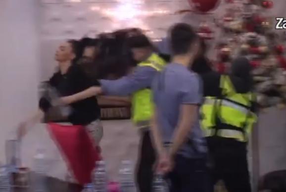 TOTALNI KOLAPS! Miljana POČUPALA Taru za kosu usred POLIVANJA VODOM, internet se usijao od snimka! (VIDEO)
