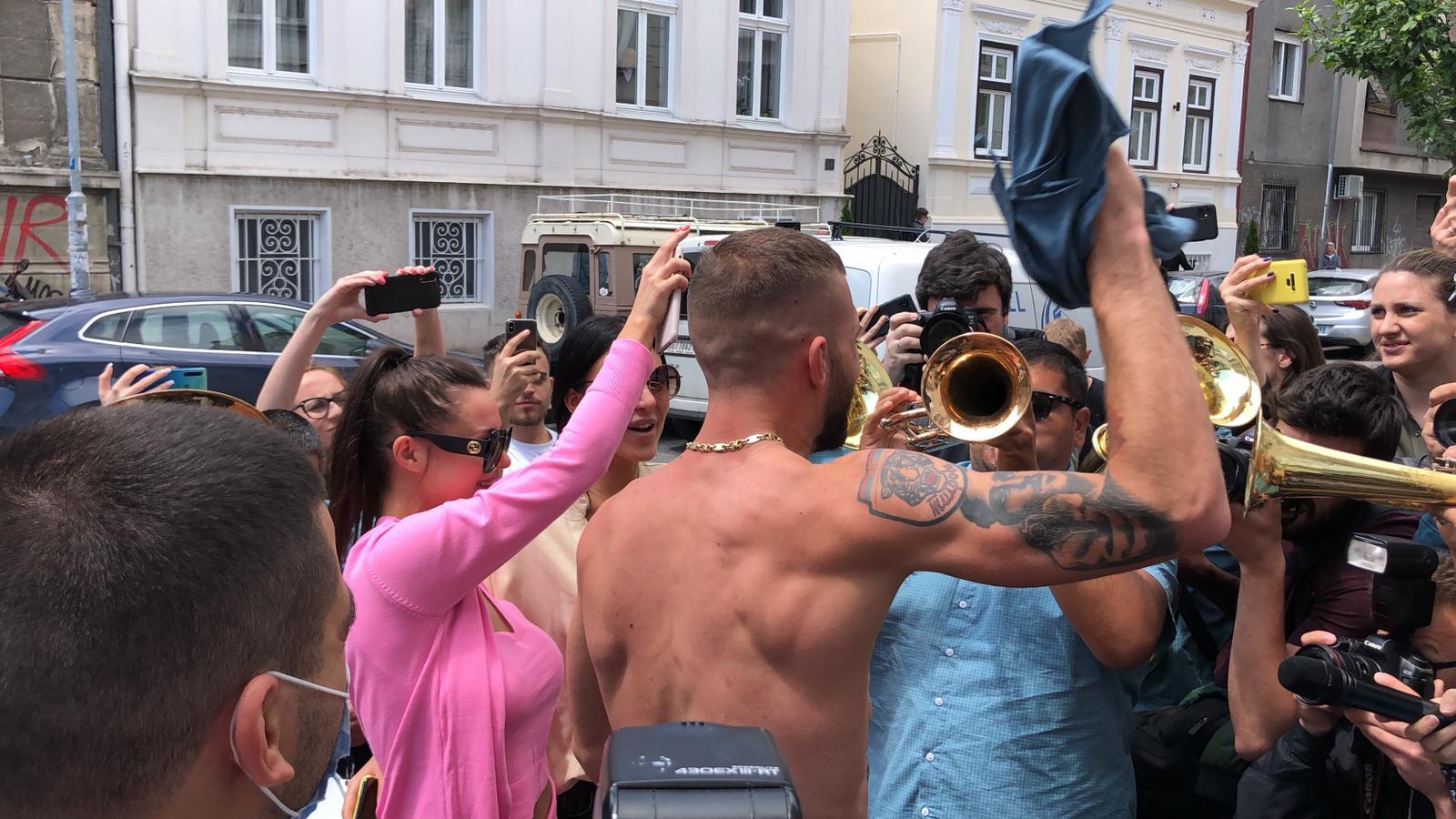 Slavlje ispred porodilišta: Veljko nag do pojasa ne gleda koliko para daje trubačima! (VIDEO)