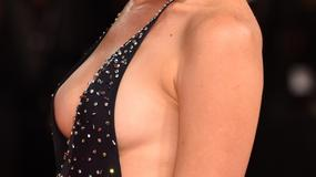 Ta suknia musiała spłatać figla. Włoska aktorka przypadkowo pokazała biust na czerwonym dywanie