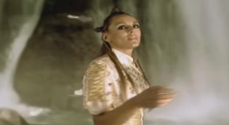 Anabela Atijas u spotu za pesmu