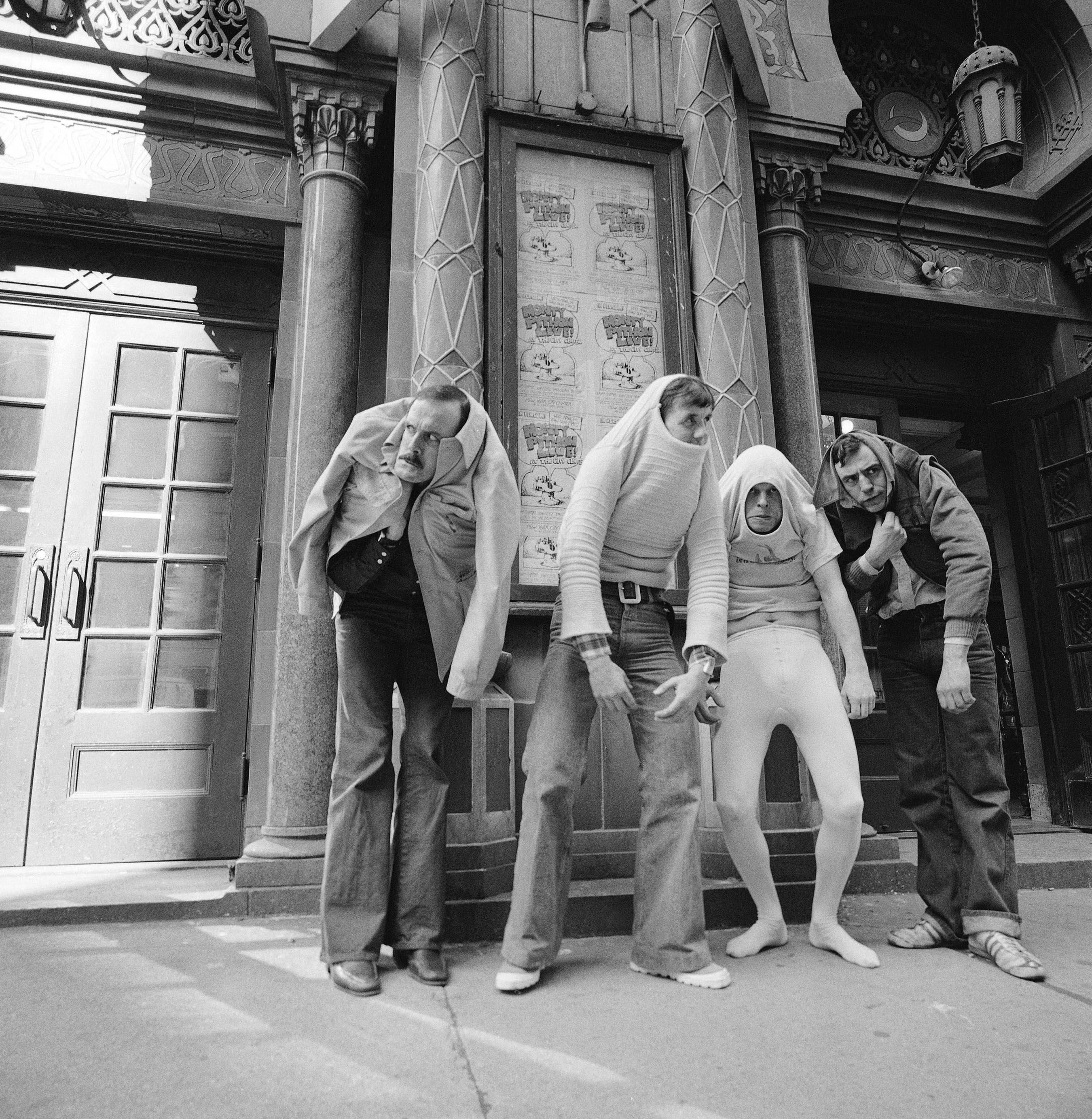 Monty Python to legendarna grupa komediowa założona pod koniec lat 60. W skład zespołu wchodzili Graham Chapman, John Cleese, Terry Gilliam, Eric Idle, Terry Jones i Michael Palin