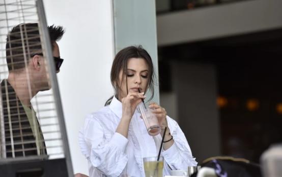 Milica Pavlović sa prijateljem u restoranu