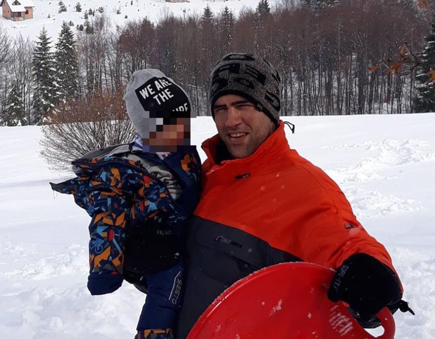 Mikica, sin Nade Topčagić, sa svojim sinom