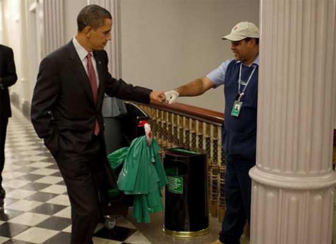 Barack Obama pokazuje, że wszyscy są równi w pracy