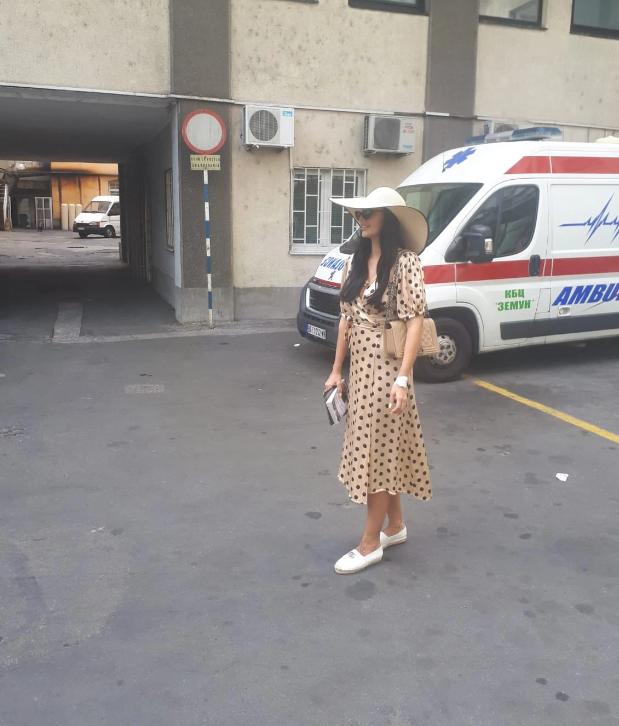 Katarina Grujić ispred zemunske bolnice