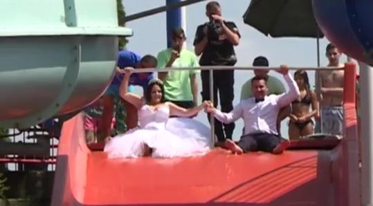 U venčanici niz tobogan