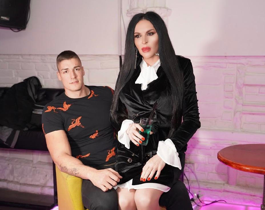 ŠOKIRAĆETE SE: Bivši dečko Sanje Vučić uhvaćen sa TRANSRODNOM pevačicom, ona mu sedi u krilu i ne pušta ga!(FOTO)