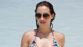 Chloe Goodman kusi ciałem na plaży. Celebrytka pozuje w bardzo skąpym stroju