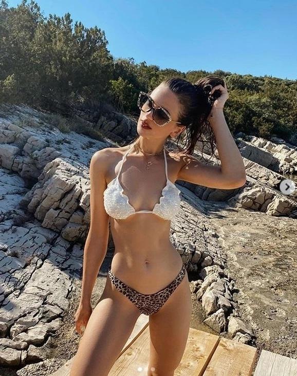 Milica Pavlović se malo opustila: Pogledajte šta je radila pored mora! VIDEO