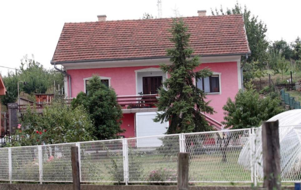 Ovo je rodna kuća ZVEZDE GRANDA u kojoj ponovo živi, a koja se nalazi daleko od grada!