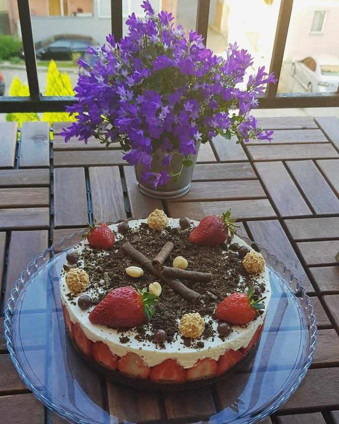 Fantastičan spoj pavlake i jagoda u laganoj i osvežavajućoj tortici