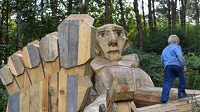 W lasach wokół Kopenhagi schował gigantyczne rzeźby. Żeby je zobaczyć, trzeba wziąć udział w grze