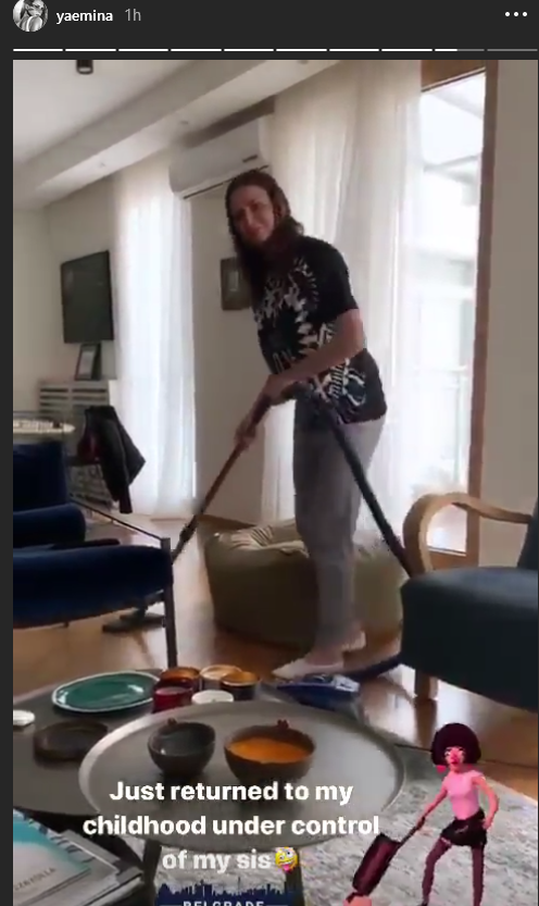 Emina Jahović usisava po stanu