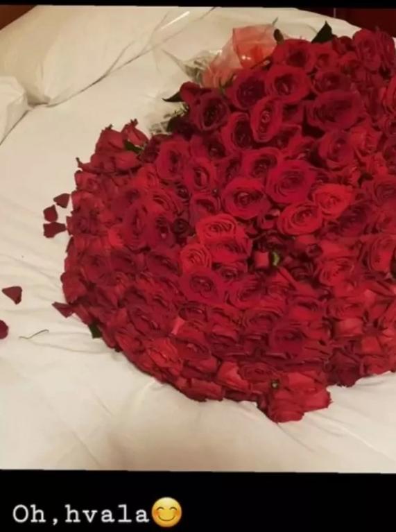 Nataša Bekvalac dobila buket cveća
