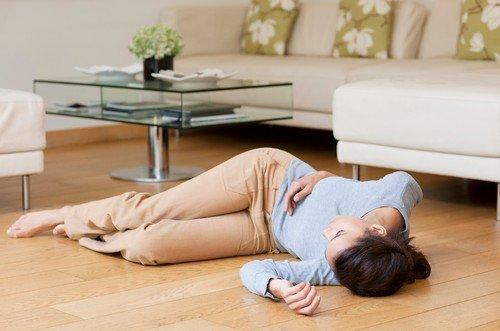 Često se događa da osobe hodaju u trenutku kada ih pogodi moždani udar, pa usled oduzetosti noge padnu, pri čemu mogu da pretrpe ozbiljne povrede i prelome kostiju