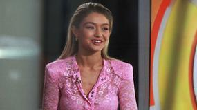 Gigi Hadid w różowej stylizacji w programie telewizyjnym. Hit czy wpadka?