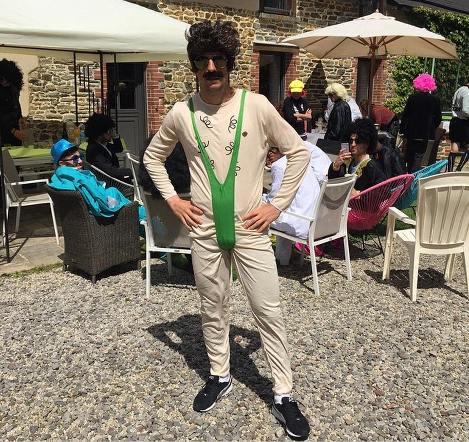 bb8232632374a8 Kamil Grosicki świętuje koniec sezonu! Założył strój Borata!