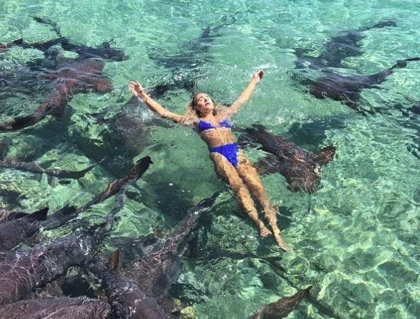 Morski psi su plivali oko nje, a onda...