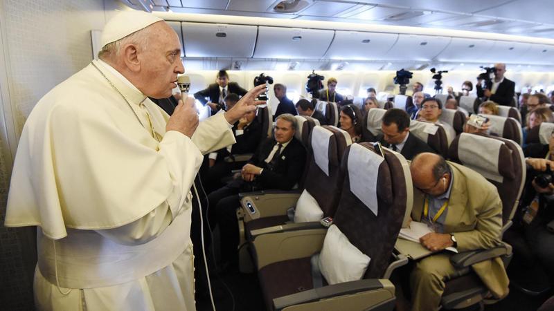 Papież Franciszek na spotkaniu z dziennikarzami podczas lotu z Korei Południowej