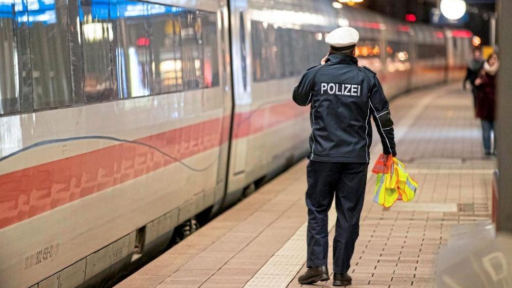 Waffe in Zug-Toilette: 700 Fahrgäste aus ICE evakuiert