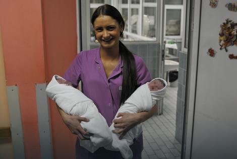 Prva devojčica rođena u 2016. Elena (desno) i drugi dečak (levo)