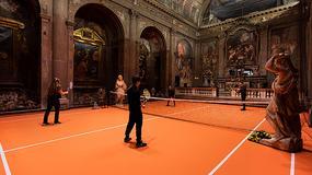 Boisko do tenisa wewnątrz XVI-wiecznego kościoła