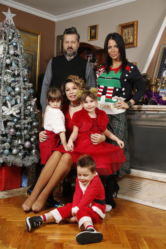Neda Ukraden sa porodicom