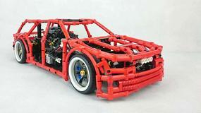 Pojazd z klocków Lego i napędem na cztery koła może driftować