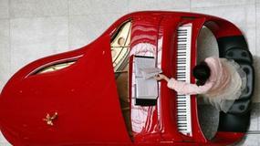 Fortepian Rolls-Royce w kolorze Ferrari